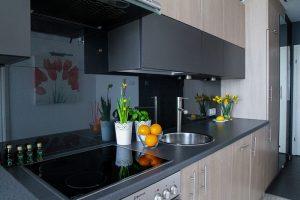 Vstavane skrine v modernej kuchyni